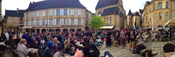 Plaza of Sarlat with troubadour performance